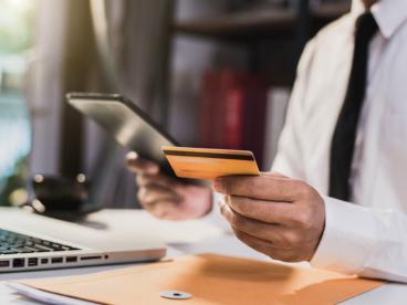 Płatność kartą za granicą - ile kosztuje i od czego zależy?